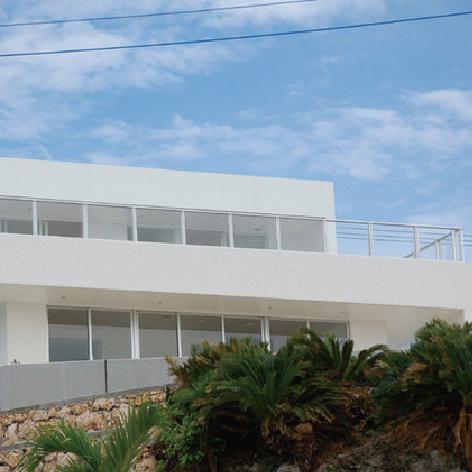 海と空と白の家